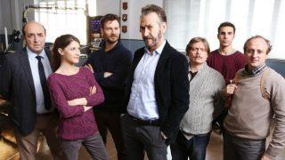 Rocco Schiavone (al centro) con la sua squadra. Schiavone è interpretato magistralmente da Marco Giallini.